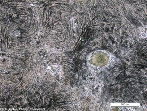 Impactite à texture de trempe renfermant des phyllosilicates de teinte vert-émeraude - LPNA