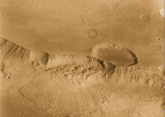 Image d'un glissement de terrain martien sur la bordure Sud de Valle Marineris (photo prise par la sonde Viking 1)