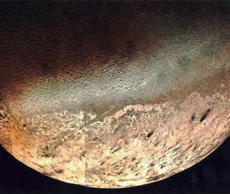 Image rasante de Triton prise par Voyager 2 à 39800 km de distance du satellite