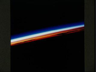 Photographie prise le 08/08/92 au levé du Soleil par Atlantis à 150 km d'altitude, au dessus du NE des îles Hawaï.