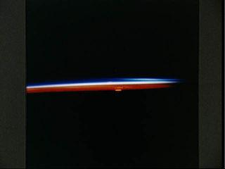 Photographie prise le 04/17/93 par la navette Discovery au dessus du Canada, levé du Soleil.