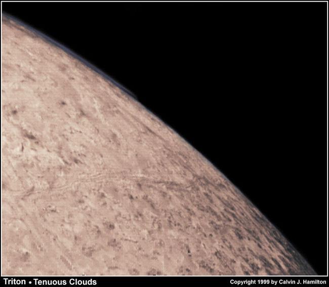 Image rasante de Triton prise par Voyager 2 à 39.800 km de distance du satellite