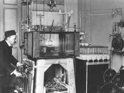 Le physicien norvégien Kristian Birkeland devant l'une des ses nombreuses Terrella