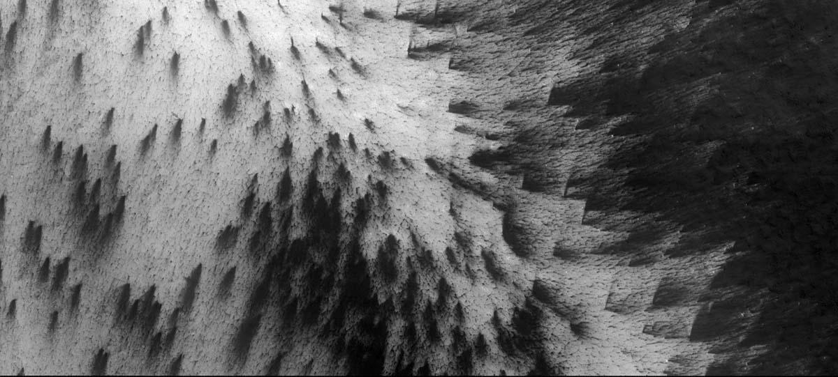 Calotte polaire Sud de Mars: champs d'éventails à directions divergentes montrant que les vents devaient avoir un écoulement divergent dans la région