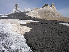 Coulée récente (noire) de natrocarbonatite (Oldoinyo Lengaï)