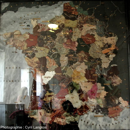 La carte de France en pierres dures et gemmes du Palais de Compiègne (Oise)