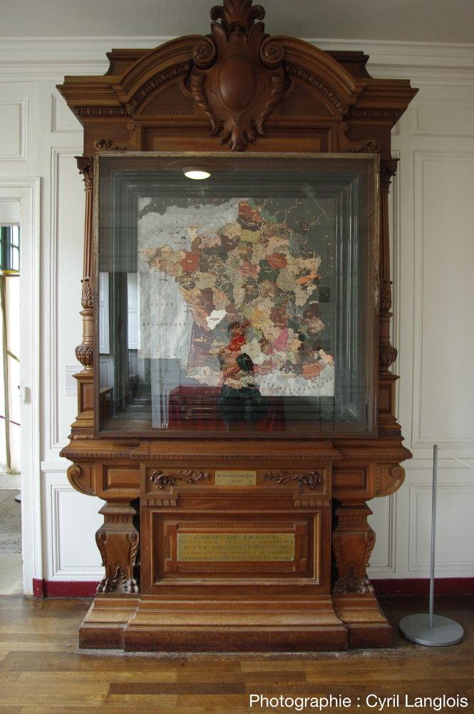 La carte de marbre de la France, au palais de Compiègne dans son meuble de présentation