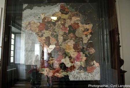 Vue de la carte de France, sous sa plaque de verre