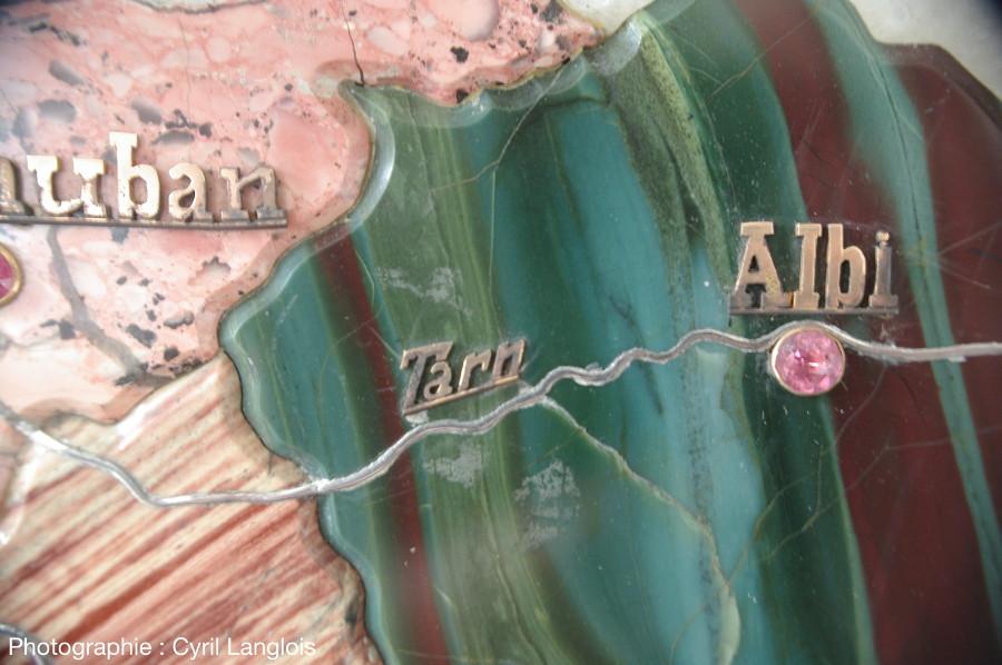 Le ruban de platine du Tarn, sur le jaspe rubané vert et rouge (dit jaspe Kouchkouldine) du département du même nom