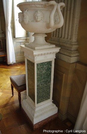 """Une vasque en """"vrai"""" marbre sur un piédestal recouvert de plaques de gabbro"""