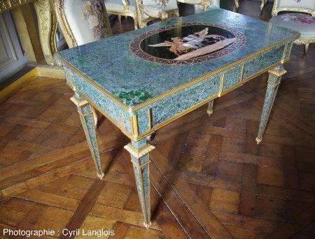 """Une table Second Empire recouverte de (probable) """"vert d'Orezza"""" (gabbro à smaragdite – un pyroxène sodique et chromifère vert – de Corse)"""