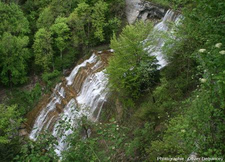 """Vue de dessus de la cascade de l'Éventail et de ses """"marches"""", cascades du Hérisson (Jura)"""