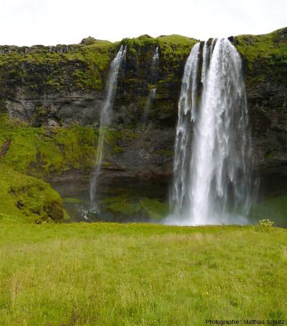 Vue rapprochée de la chute principale de Seljalandsfoss, Sud de l'Islande