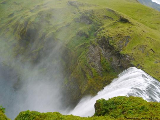 Vue depuis la plateforme d'observation au sommet de la chute de Skogafoss, Sud de l'Islande