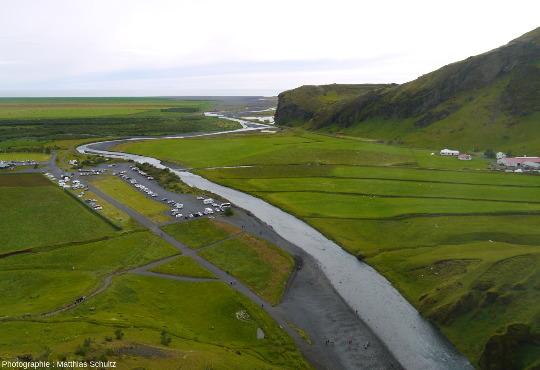 Le cours de la rivière en aval de la chute de Skogafoss, Sud de l'Islande