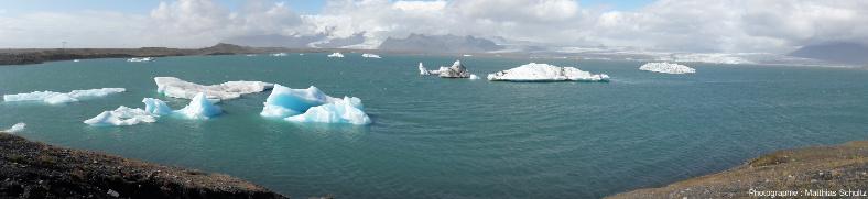 Panorama de la célèbre lagune glaciaire de Jökulsárlón, haut lieu touristique du Sud-Est de l'Islande