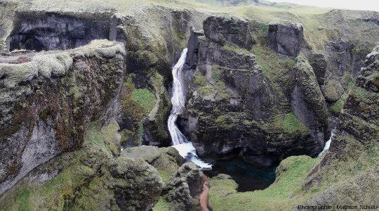 Rapides dans le canyon de Fjaðrárgljúfur, près de Klaustur dans le Sud de l'Isande