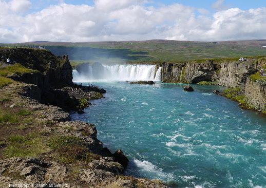 Vue générale de Goðafoss, la «chute des dieux», proche de la route circulaire dans le Nord de l'Islande