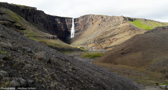 Vue générale d'Hengifoss, non loin du lac Lagarfljót, à l'Ouest d'Egilsstaðir, dans l'Est de l'Islande