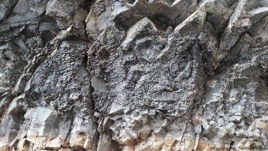 Détails d'une coulée basaltique au pied d'Hengifoss, dans l'Est de l'Islande
