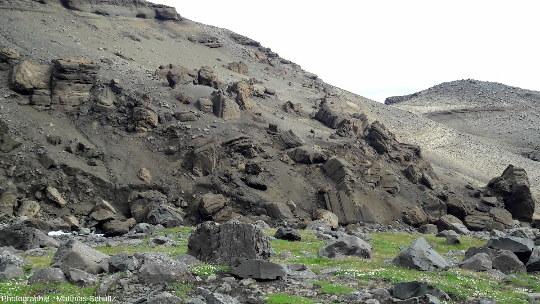 Blocs de grès blonds lacustres effondrés dans la petite gorge au pied d'Hengifoss, dans l'Est de l'Islande