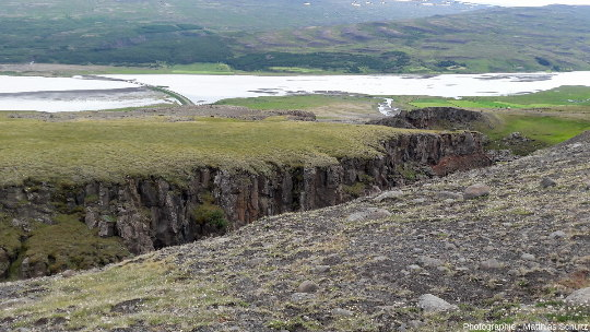 Vue du lac Lagarfljót et de la gorge du cours d'eau dans la coulée basaltique inférieure prismée, en aval d'Hengifoss, dans l'Est de l'Islande