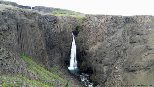 La cascade de Litlanesfoss (30m de haut) en aval d'Hengifoss, dans l'Est de l'Islande