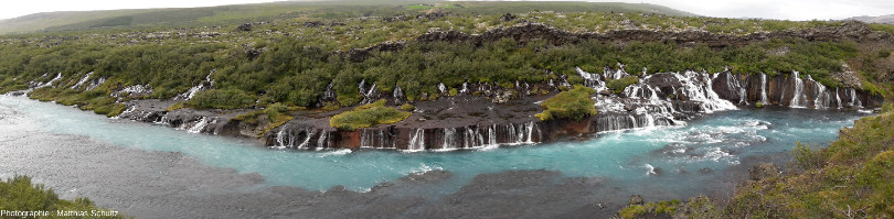 Panorama des cascades de Hraunfossar, dans les hautes terres près d'Húsafell, au Sud-Ouest de l'Islande
