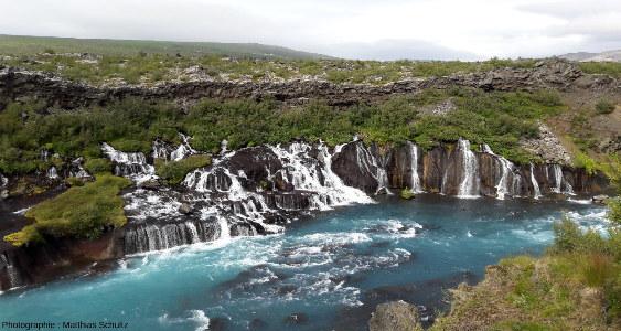 Vue rapprochée des cascades de Hraunfossar, dans les hautes terres près d'Húsafell, au Sud-Ouest de l'Islande