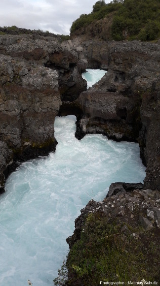 Rapides de Barnafoss (la «chute des enfants»), où la rivière Hvítá s'enfonce au travers de la coulée Hallmundarhraun, immédiatement en amont des chutes de Hraunfossar