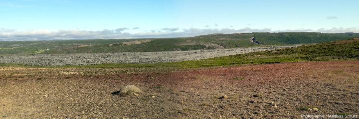 Panorama du champ de lave Hallmundarhraun depuis une crête, dans les hautes terres près de d'Húsafell, au Sud-Ouest de l'Islande