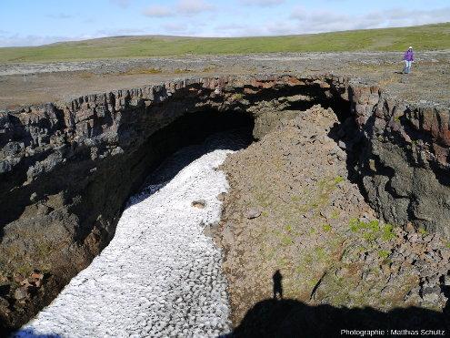 Tunnel de lave Surtshellir dans la coulée Hallmundarhraun, dans les hautes terres près d'Húsafell, au Sud-Ouest de l'Islande