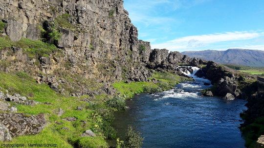 Vue en direction du Nord-Est (vers l'amont et la chute d'Öxaràrfoss) du cours de la rivière Öxarà, dans le graben de þingvellir, Islande