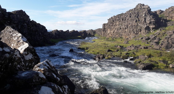 Vue en direction du Sud-Ouest (vers l'aval et le lac þingvallavatn) du cours de la rivière Öxarà, un peu en aval d'Öxaràrfoss, dans le graben de þingvellir, Islande