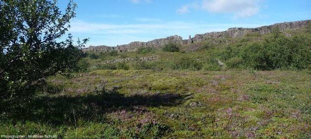 La faille normale bordière Ouest, appelée Almannagjà, vue depuis le fond du graben de þingvellir, Islande