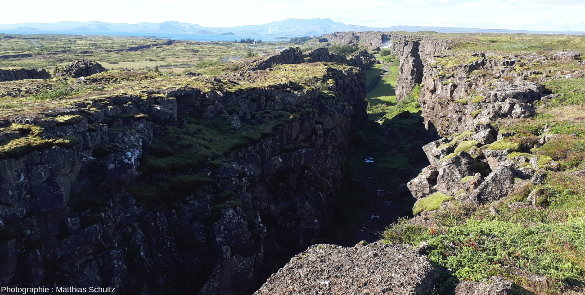 La faille normale bordière Ouest, appelée Almannagjà, vue depuis le horst bordant le graben de þingvellir, Islande