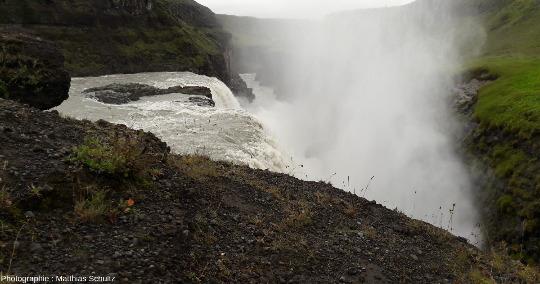 Vue rapprochée de la seconde cascade de Gullfoss, la «chute dorée», dans les hautes terres du Sud de l'Islande