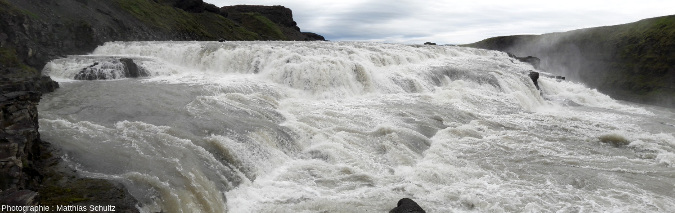 Vue rapprochée de la première cascade de Gullfoss, la «chute dorée», dans les hautes terres du Sud de l'Islande
