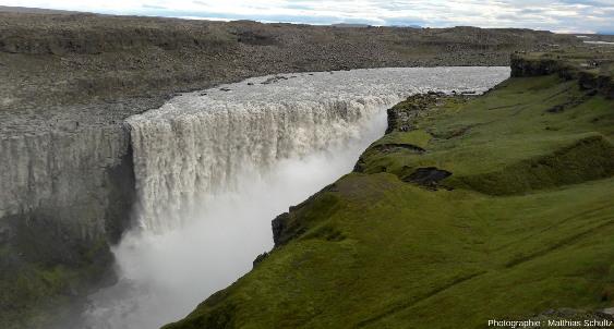 Vue d'ensemble de Dettifoss, la plus puissante chute d'Europe, le long du cours de la Jökulsá á Fjöllum, dans les hautes terres du Nord-Est de l'Islande