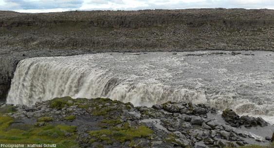 Vue plus rapprochée du sommet de Dettifoss, la plus puissante chute d'Europe, le long du cours de la Jökulsá á Fjöllum, dans les hautes terres du Nord-Est de l'Islande