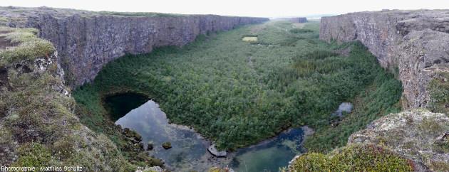 Panorama depuis l'amont (partie Sud) du gigantesque amphithéâtre d'Ásbyrgi, près de la côte Nord-Est de l'Islande et de l'estuaire de la Jökulsá á Fjöllum