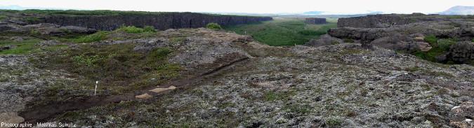 Panorama depuis le Sud du gigantesque amphithéâtre d'Ásbyrgi, près de la côte Nord-Est de l'Islande et de l'estuaire de la Jökulsá á Fjöllum