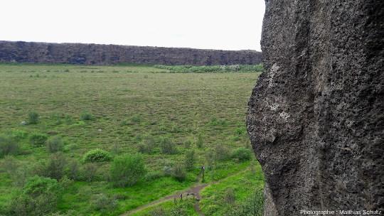 Les falaises de la partie aval (Nord) d'Ásbyrgi vues depuis le chemin escaladant les falaises Est de l'amphithéâtre