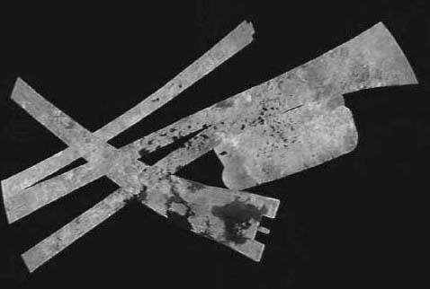 Montage des bandes radar couvrant la région du pôle Nord de Titan