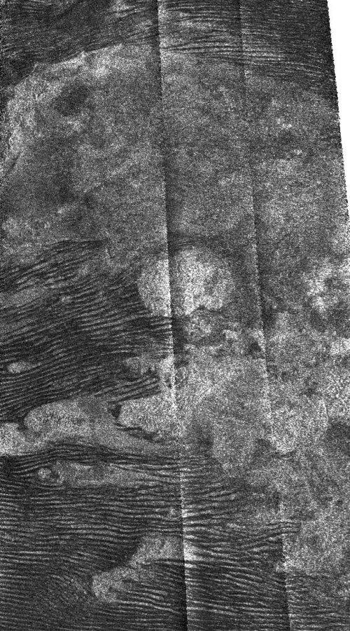 Champs de dunes sur Titan (environ 200 km de large)