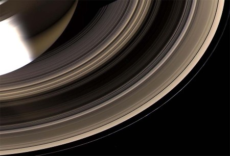 Vue détaillée des anneaux de Saturne, par le dessous du plan de l'écliptique