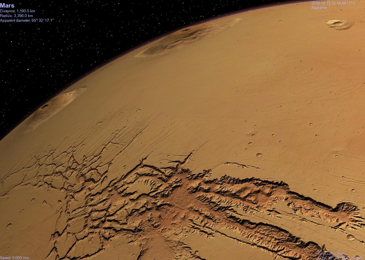 Vue de Valles Marineris sur fond de volcans martiens