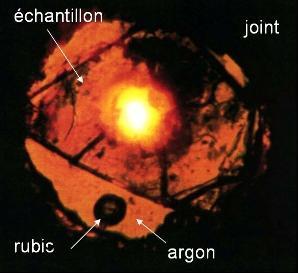 Vue au travers d'un microscope d'un échantillon de quartz comprimé à 20 GPa entre deux diamants.