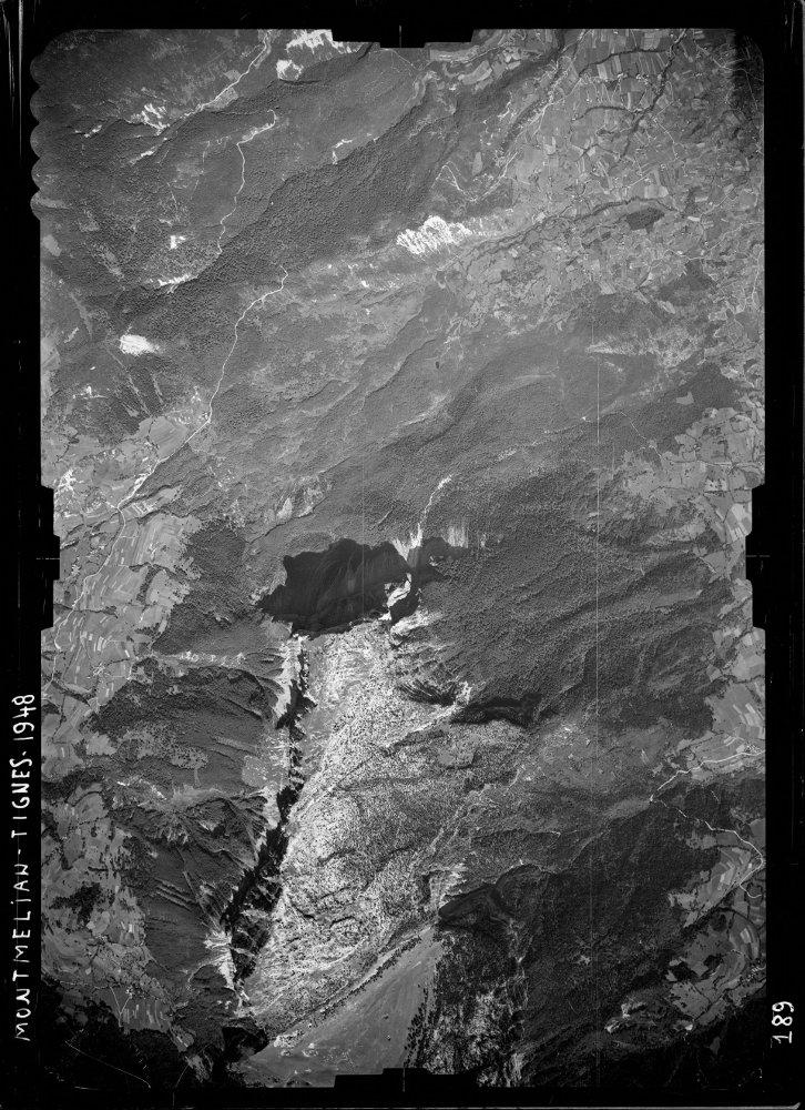 Photographie aérienne du secteur du Mont Granier prise en 1948, 5 ans avant l'éboulement de 1953