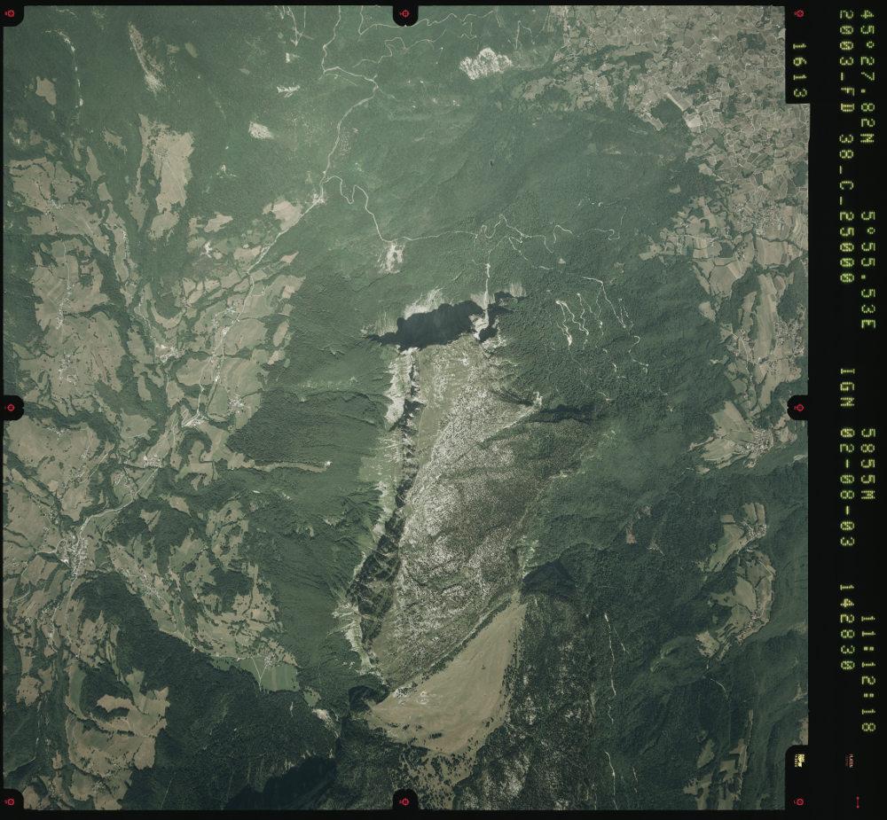 Photographie aérienne du secteur du Mont Granier prise en 2003, 50 ans après l'éboulement de 1953